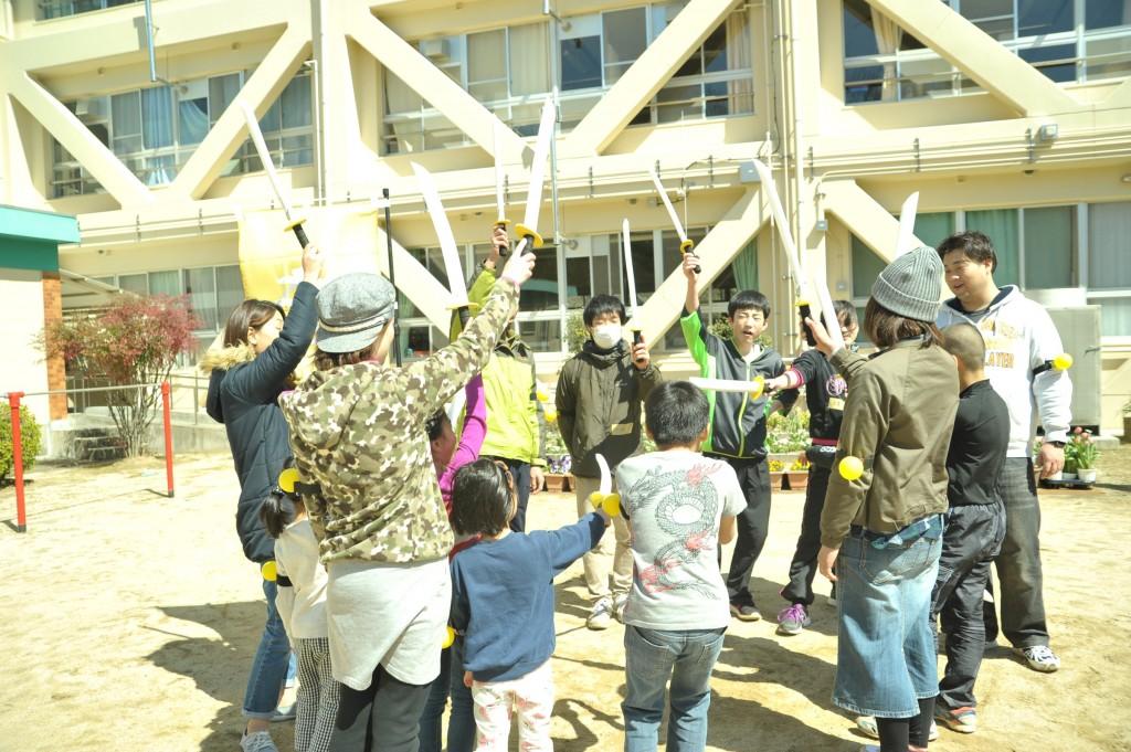 忍頂寺小学校でチャンバラ
